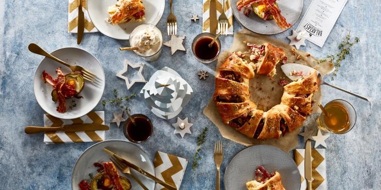 Kerstkrans met rauwe ham, pistachenoten en feta