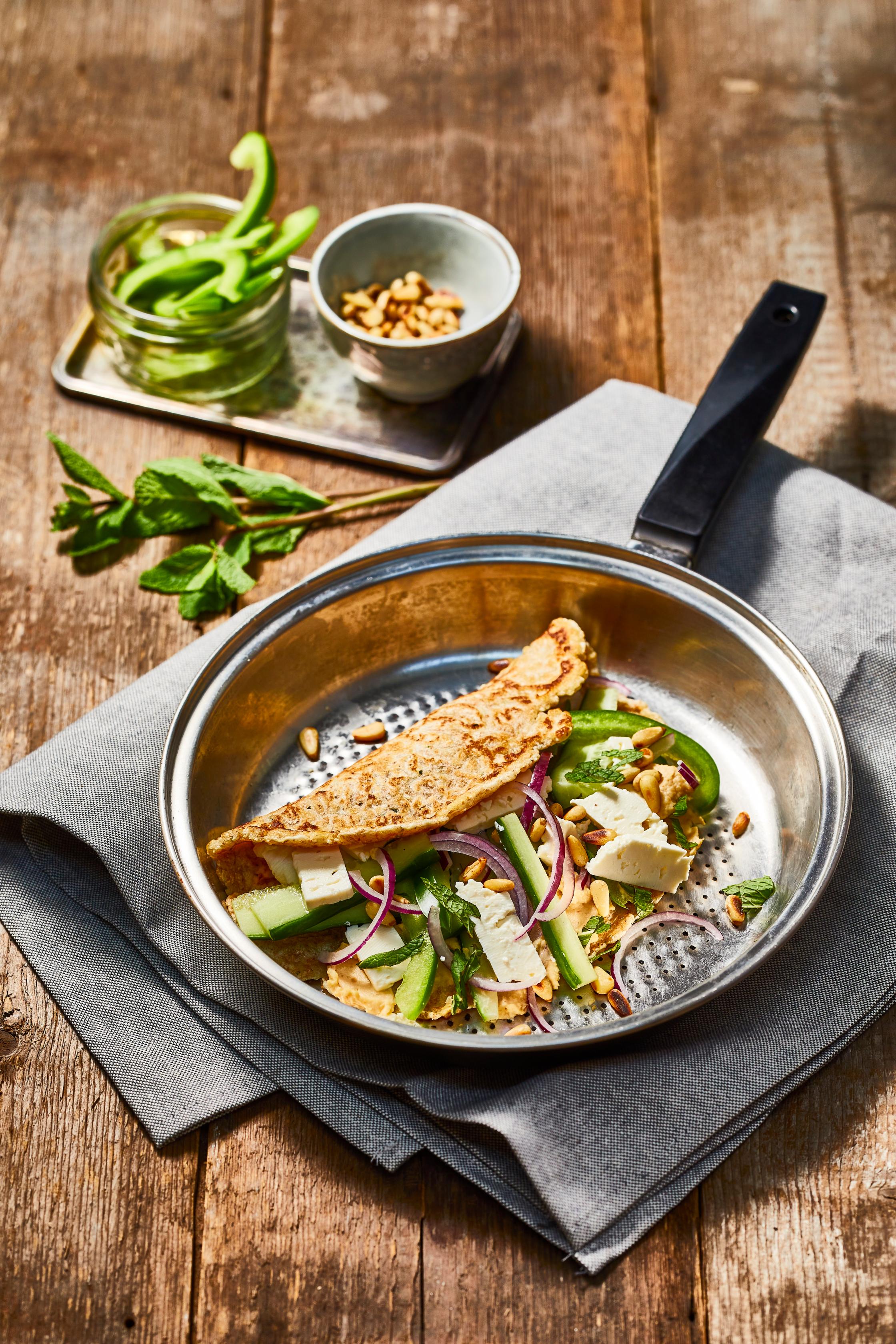Pannenkoekwrap met hummus, feta en groenten