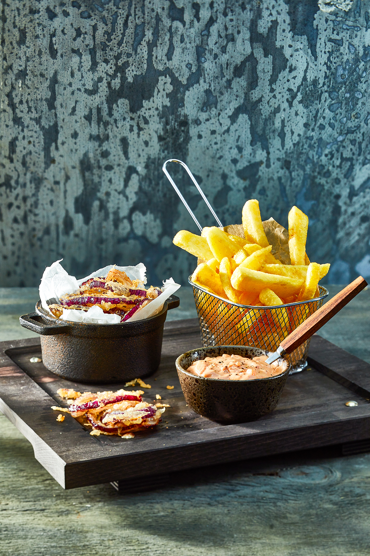 Homemade friet, gefrituurde uienringen en burgersaus