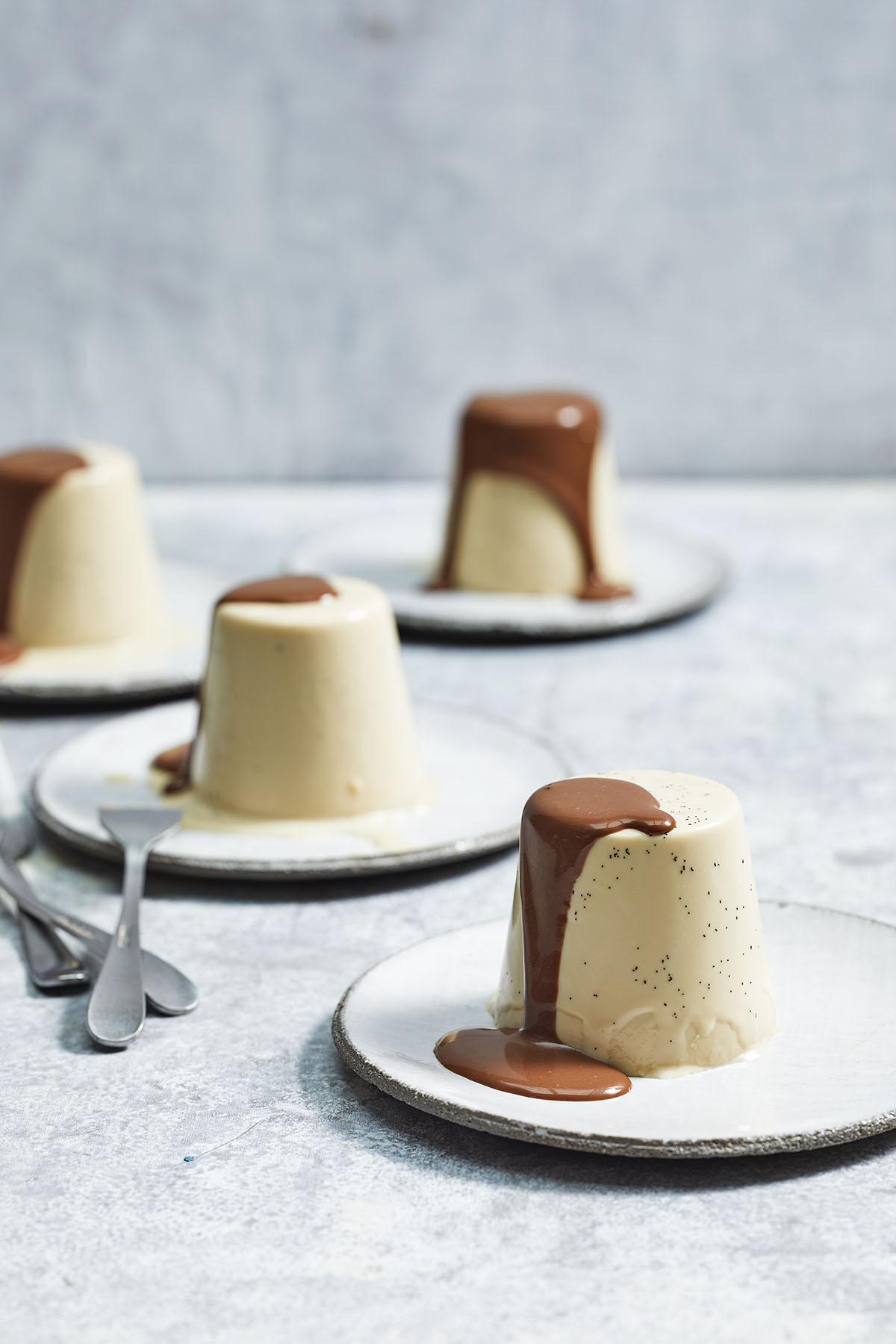 Espresso-panna cotta met chocolade-pepersaus