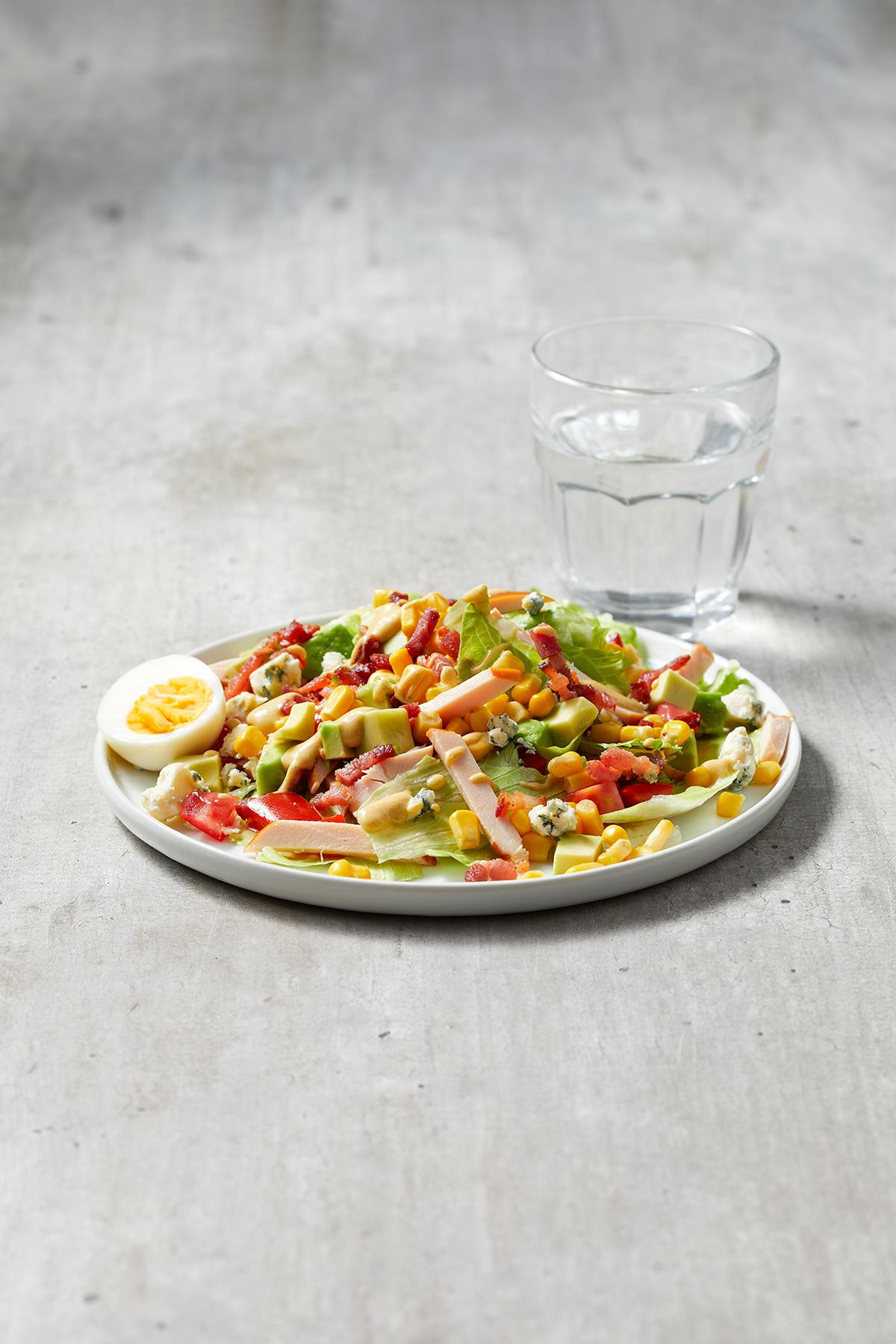 Amerikaanse cobb salad met gerookte kipfilet