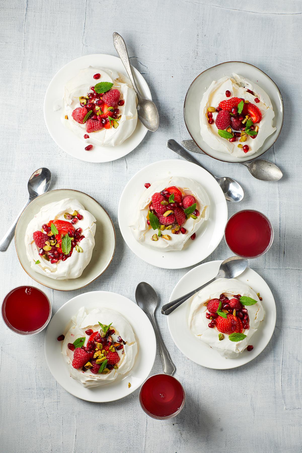 Mini pavlova's met granaatappel, honingyoghurt en pistache