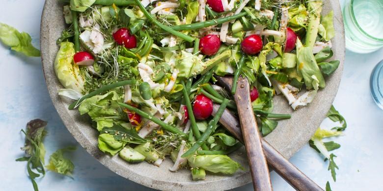 Groene salade met avocado, kip en sinaasappel- sesamdressing