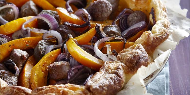 Hartige taart met worst, ui en pompoen
