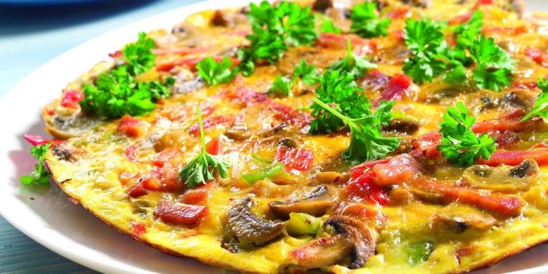 Paprika-omelet met ham en champignons