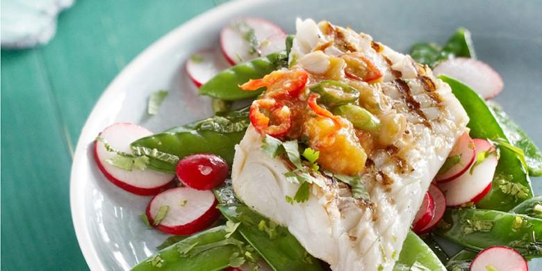 Geroosterde kabeljauw met peultjes-radijssalade