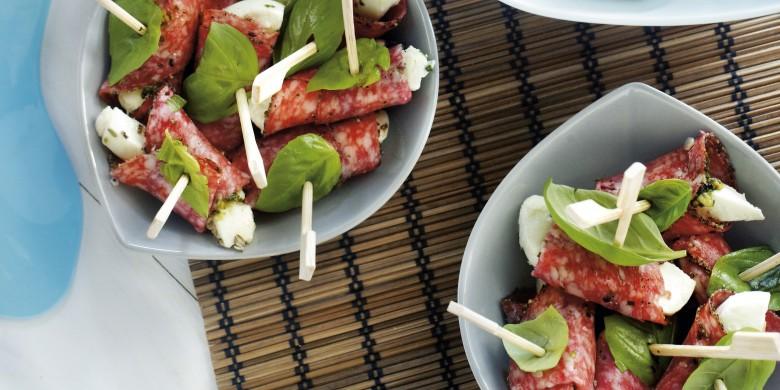 Salamirolletjes met mozzarella en basilicum