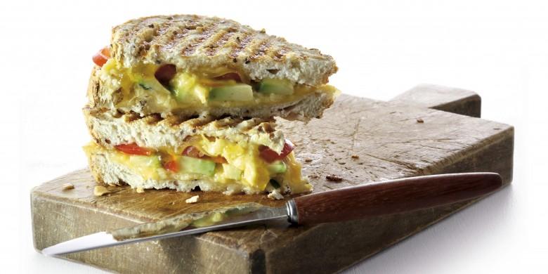 Tosti met avocado, mangochutney en oude kaas