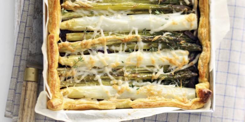 Bladerdeeg plaattaart met witte en groene asperges
