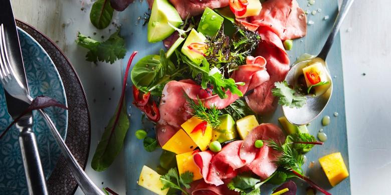 Fruitige rosbiefsalade met limoendressing