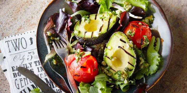 Gegrilde avocado met kruidenrelish en gepofte trostomaten
