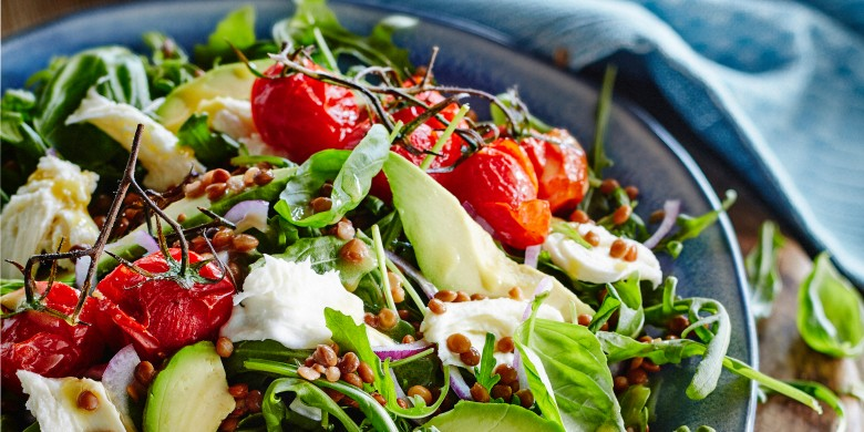 Linzensalade met mozzarella en gepofte tomaatjes