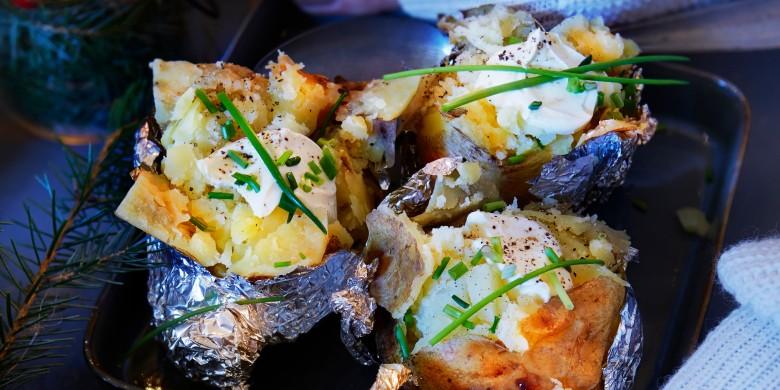 Gepofte aardappels met bieslook en crème fraîche
