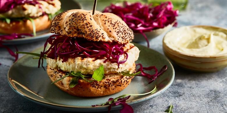 Kipburgers met rodekoolsalade en wasabi-mayonaise