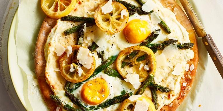 Pizza bianca met citroen, ei en asperge