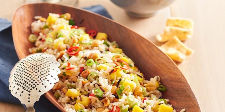Pikante rijstsalade met mango en pinda's